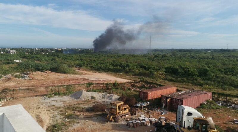 Quema de basura y desperdicios mantienen desesperados condómines de residenciales en San Isidro Santo Domingo Este