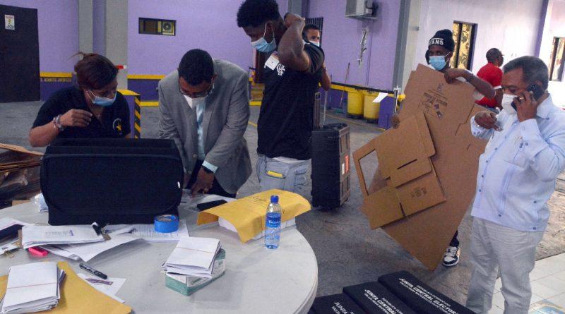 Dirigentes del PLD acuden a la Casa Nacional a recibir materiales para elegir Comité Central