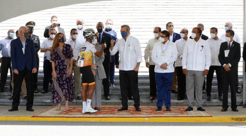 Con banderazo de honor, presidente Abinader deja iniciada Vuelta Ciclista Independencia