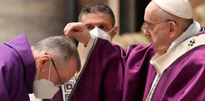 El papa celebró el Miércoles de ceniza con misa con pocos fieles y nuevo rito