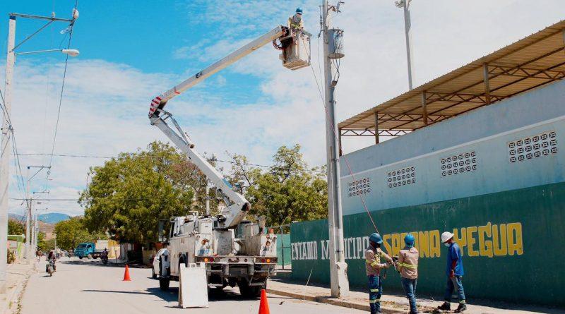 Edesur ilumina estadio mixto de béisbol y fútbol y 4 canchas de baloncesto en Azua