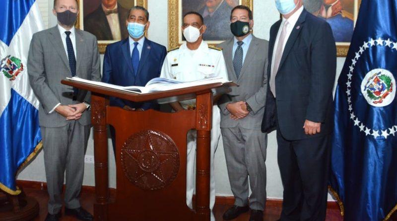 CONGRESISTAS DE LOS EE.UU. OBSERVAN ENTRENAMIENTOS EN LA ARMADA DE REPÚBLICA DOMINICANA
